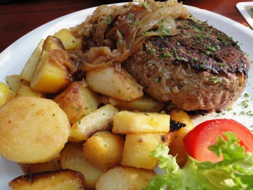Frikadelle mit Bratkartoffeln