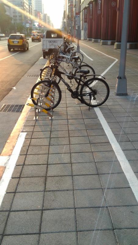 Fahrradständer mitten auf dem Radweg