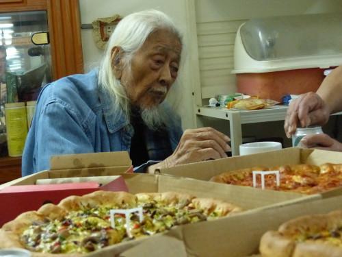 Su Beng mit Pizza und Bier