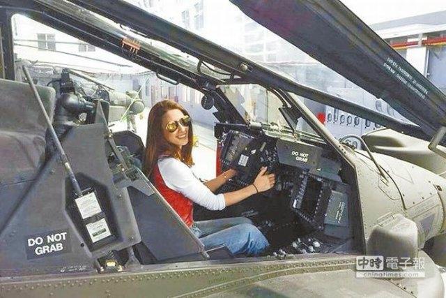 Janet Lee im Apache-Hubschrauber