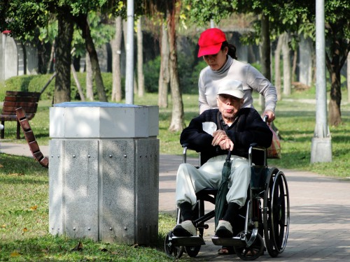 Senioren Rollstuhl Pflegerin