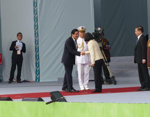 Ma Ying-jeou und Tsai Ing-wen geben sich die Hand