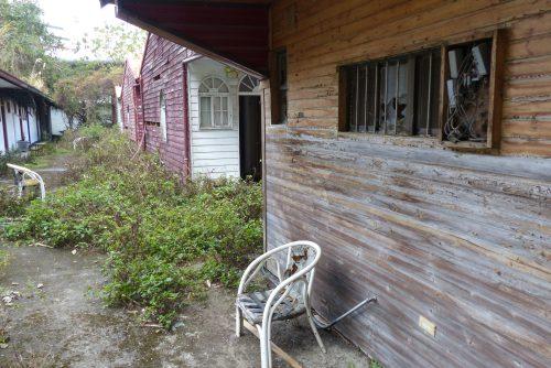 Verlassenes Hotel in einem Bergdorf