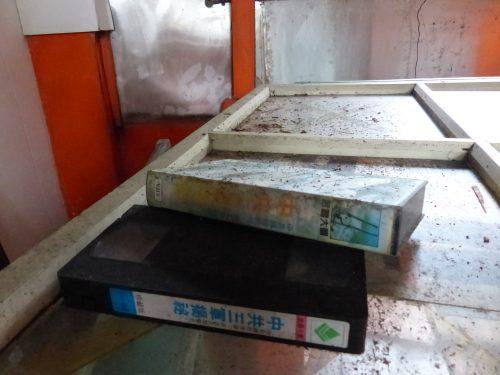 VHS-Kassette in verlassener Wohnung