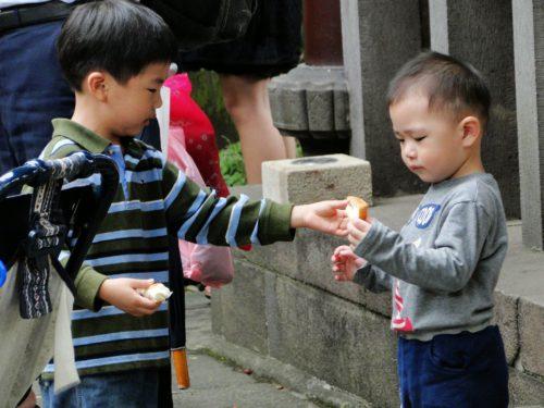 Zwei kleine Kinder in Taiwan