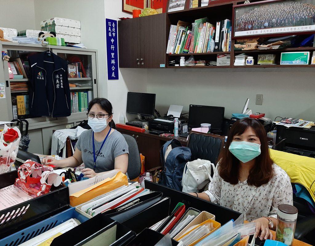 Stadtteilbürgermeisterin (Lizhang) Lin Mei-chun (r.) in ihrem Büro