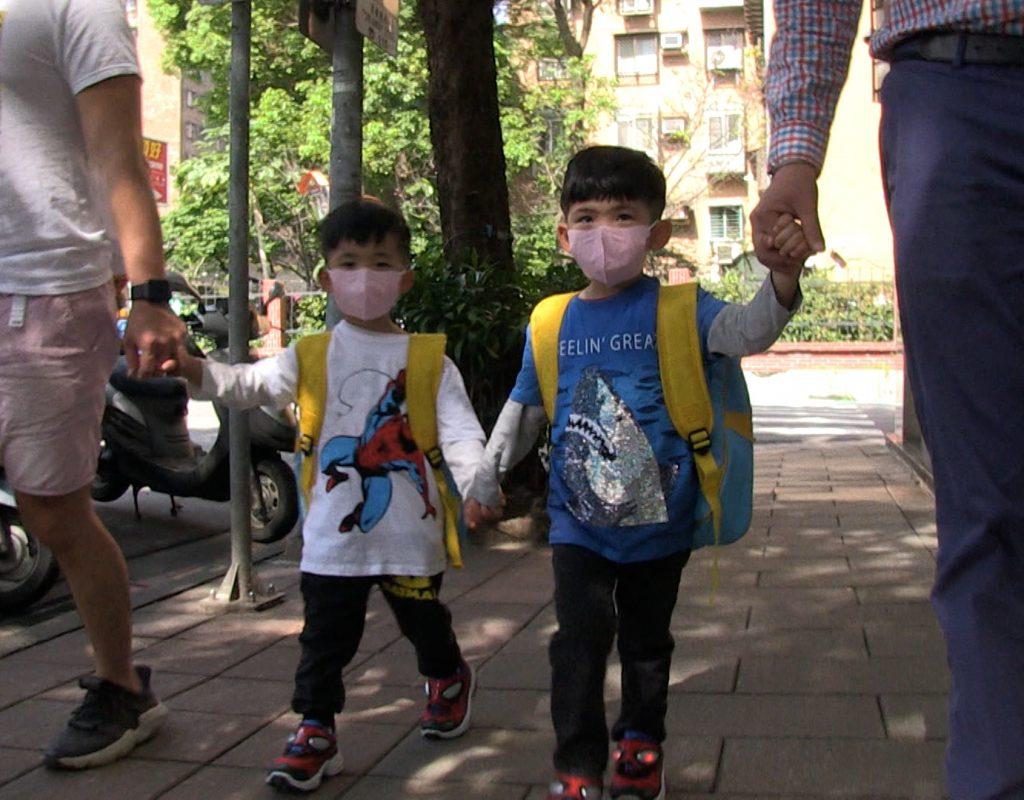 Kinder mit Masken in Taiwan