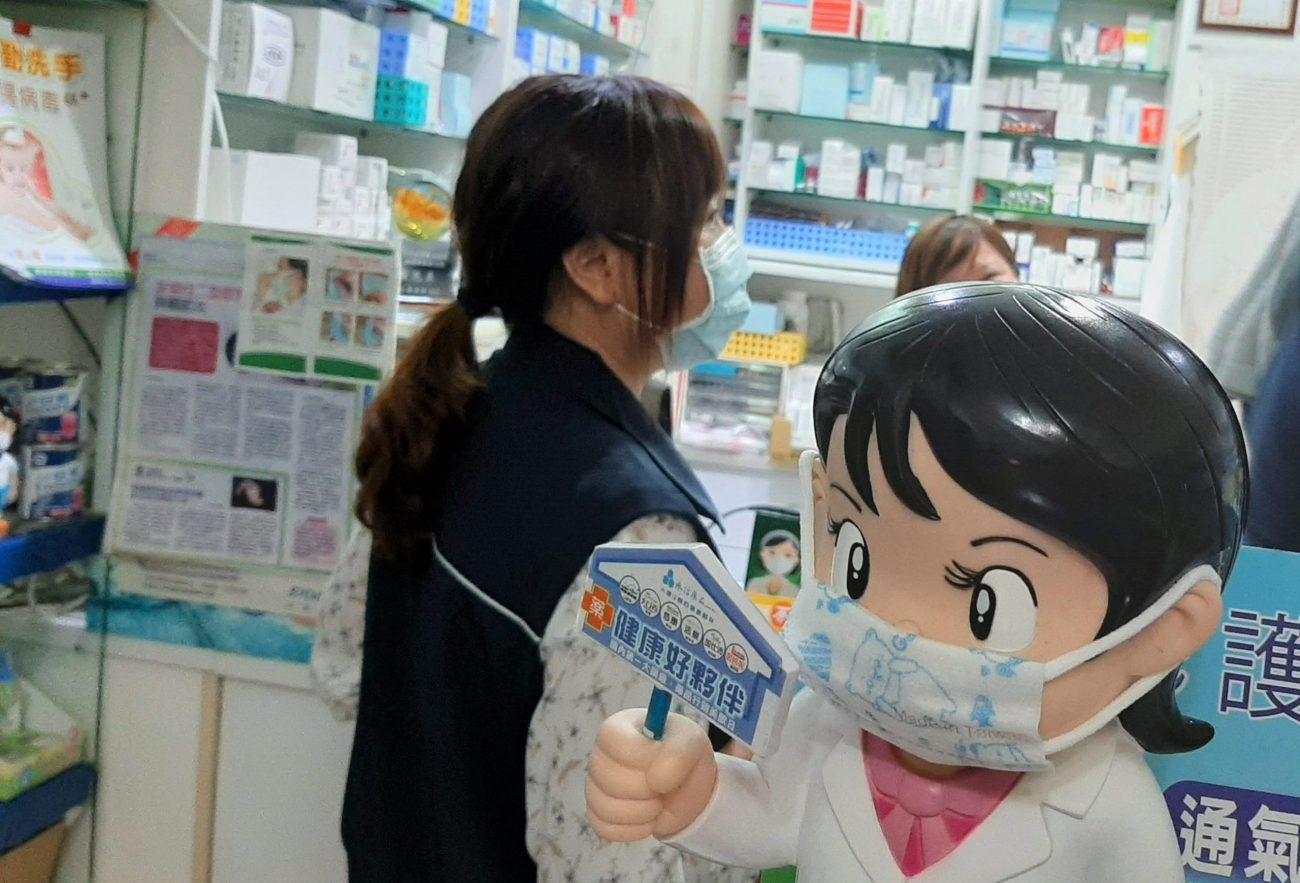 Maskenkauf in einer Apotheke in Taipeh