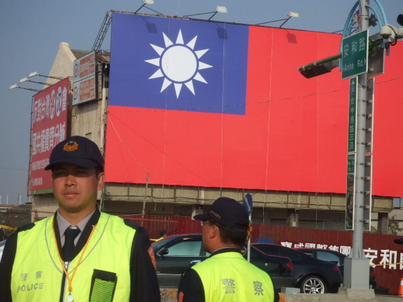 Die Fahne hatte ein Abgeordneter gegenüber vom Hotel anbringen lassen. Taiwans Regierung versteckt sie bei Verhandlungen mit China normalerweise.