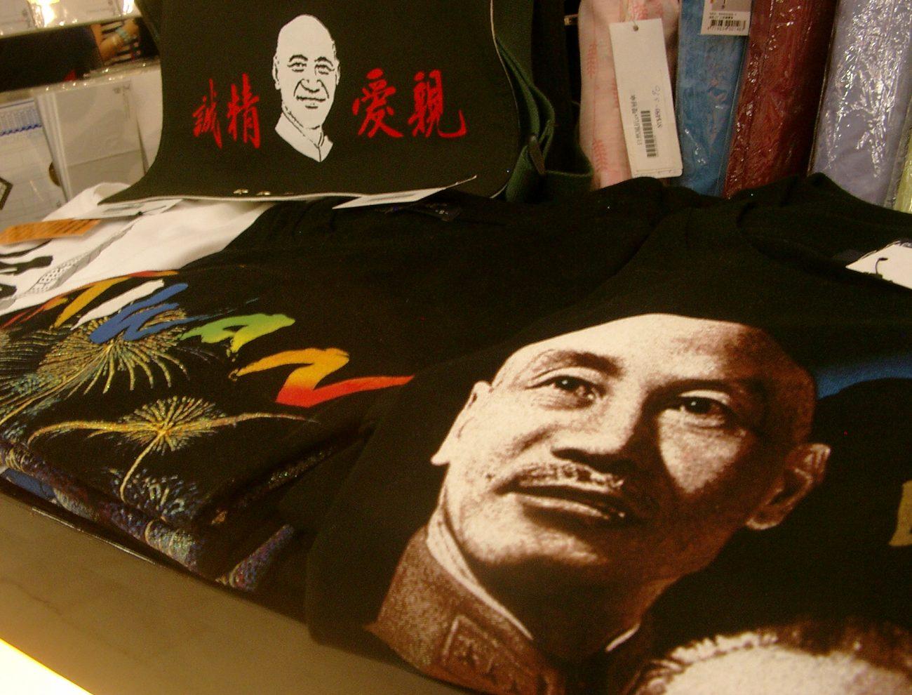 Im Souvenirshop der CKS-Halle gibt es T-Shirts mit dem Diktator zum Auf-der-Brust-Tragen.