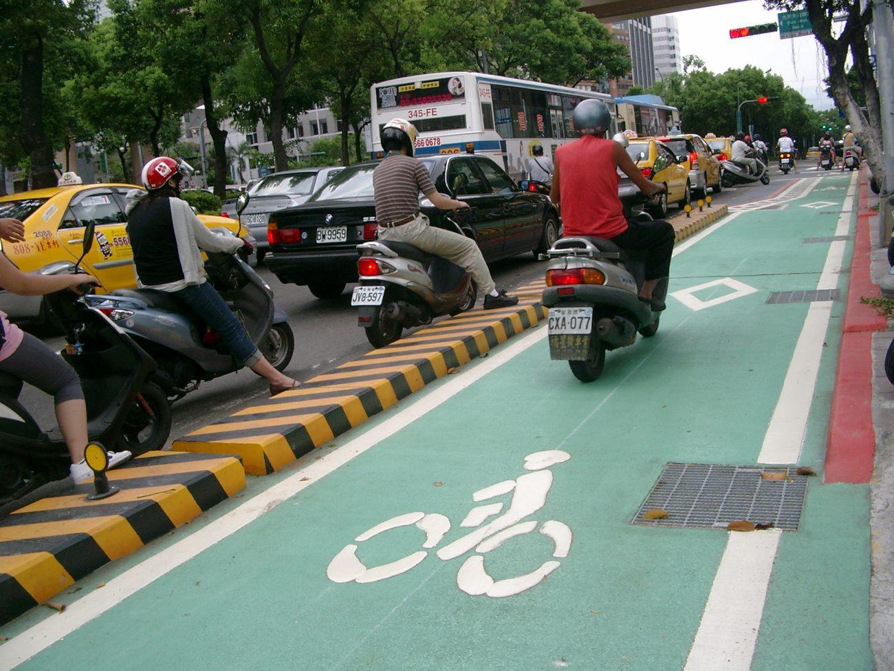 Ein Parade-Radweg, sogar mit Mäuerchen von der Straße abgegrenzt. Trotzdem eine prima Abkürzung für ungeduldige Scooter-Fahrer. (Taipeh, Dunhua N. Rd.)